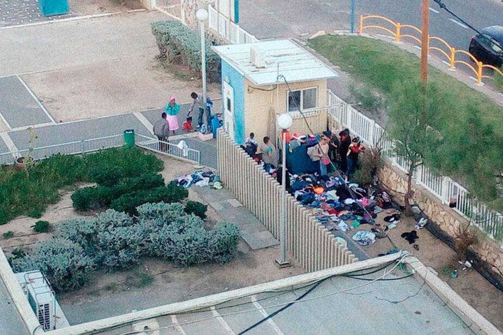 В соседний корпус периодически привозили гуманитарную помощь приезжим из Эфиопии