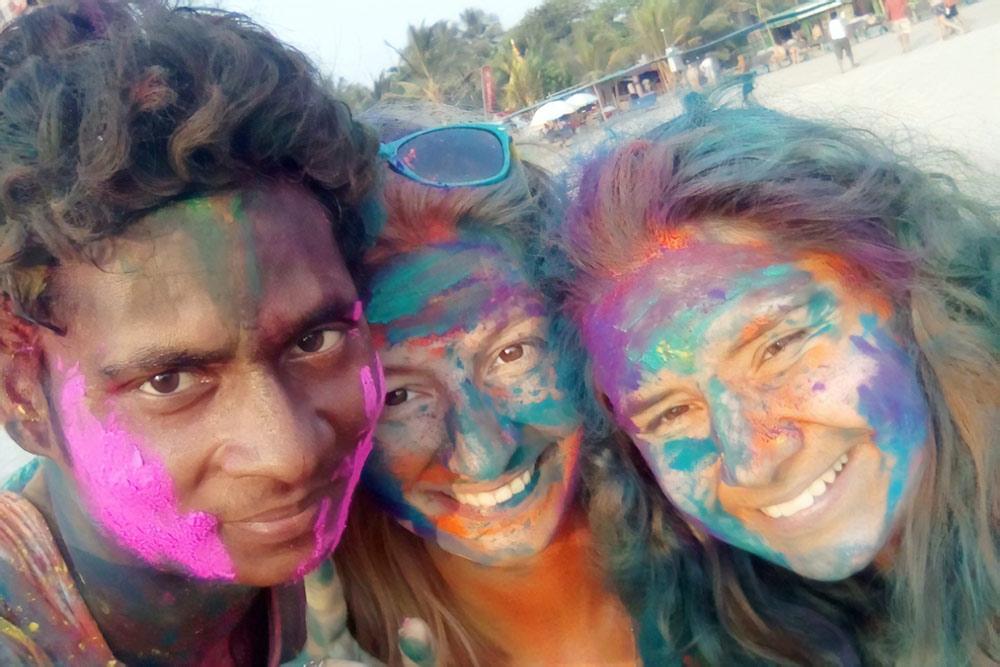 Индийцы очень любят делать селфи с белыми, особенно на мартовском фестивале Холи