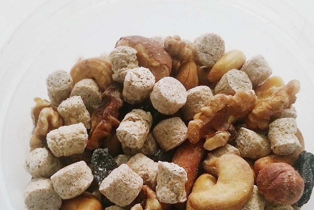 Смесь из орехов и отрубей, которую мы делаем сами: покупаем килограммами орехи, пропекаем их в духовке, смешиваем и добавляем шарики из отрубей