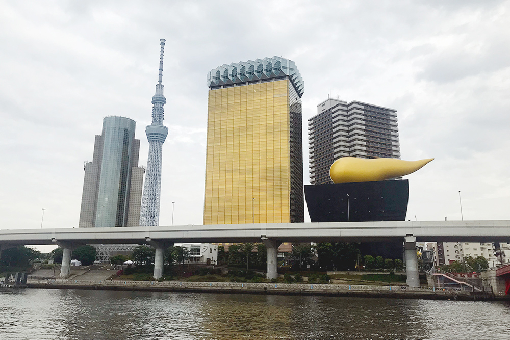 Телебашня «Токио-скай-три» и штаб-квартира пивоваренной компании «Асахи» в виде бокала пива