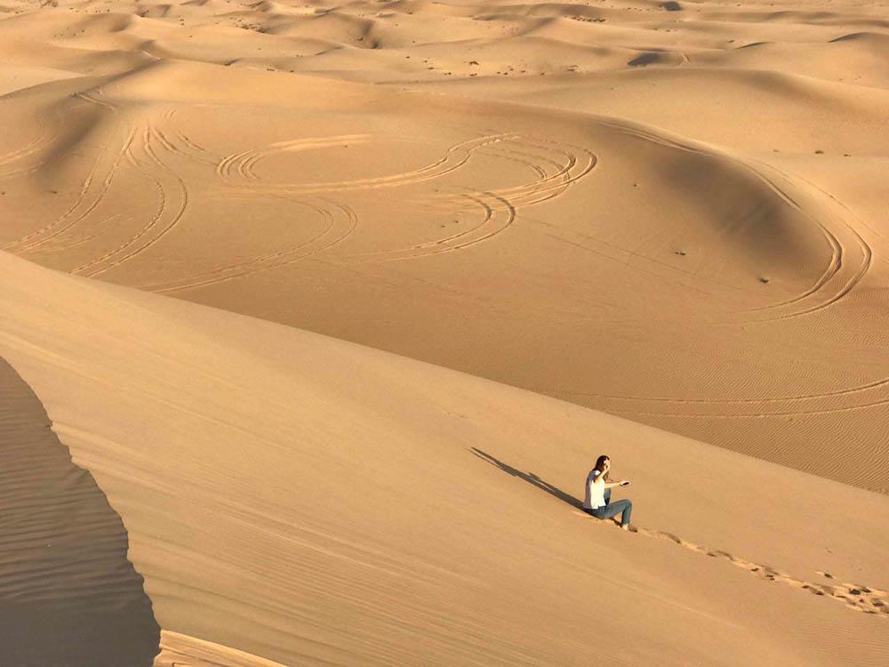 Я тоже решила не отставать. Когда забираешься на такую песчаную гору, перед глазами открывается вид на бескрайнюю пустыню
