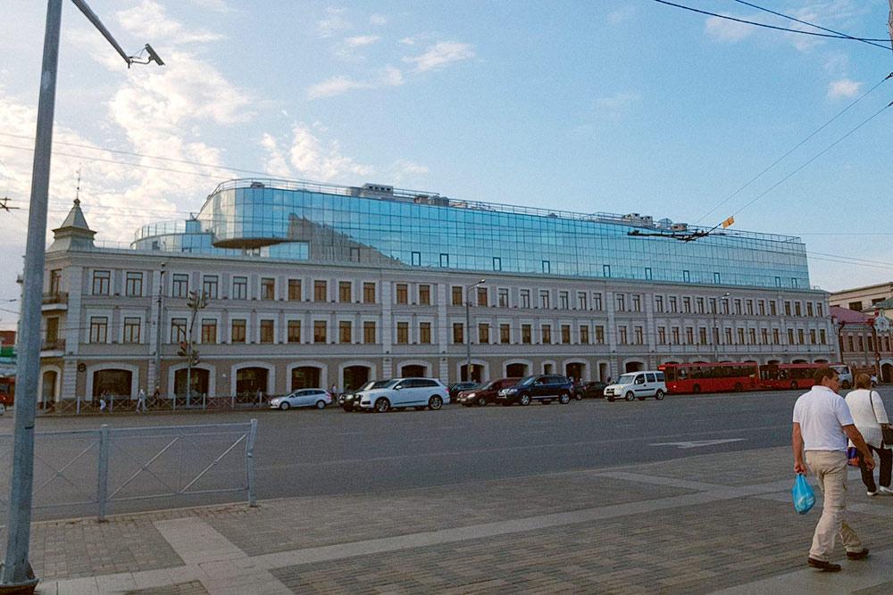 Первые три этажа здания напоминают историческую застройку. Последние этажи застройщик постарался сделать максимально «незаметными»