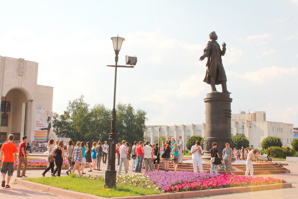 Памятник Пушкину перед драматическим театром. Это фотография 2011 года, но за восемь лет ничего не изменилось