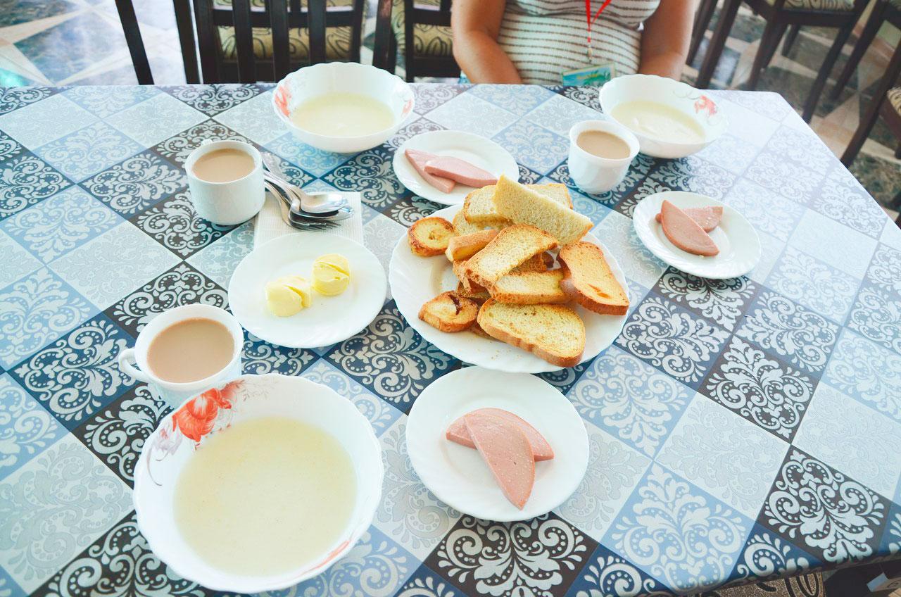 Таким завтраком в «Атлантусе» кормили вожатых и детей: манная каша, вареная колбаса, сухарики, масло и кофейный напиток
