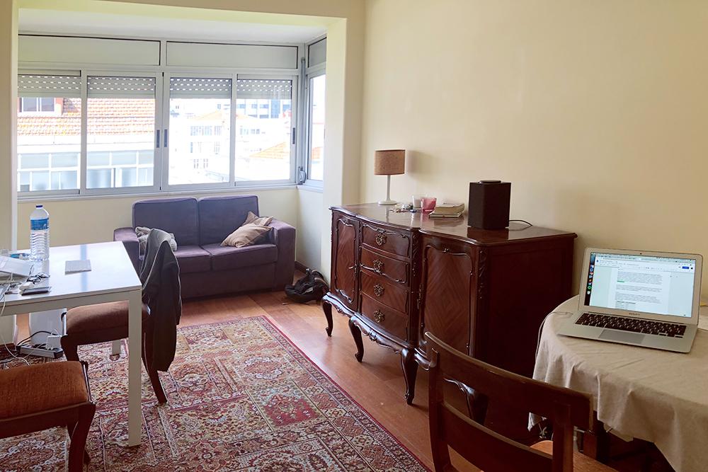 Нам не очень нравится мебель в этой квартире, и лично мне не хватает домашних растений. Но свои я не завожу, потомучто мы много путешествуем