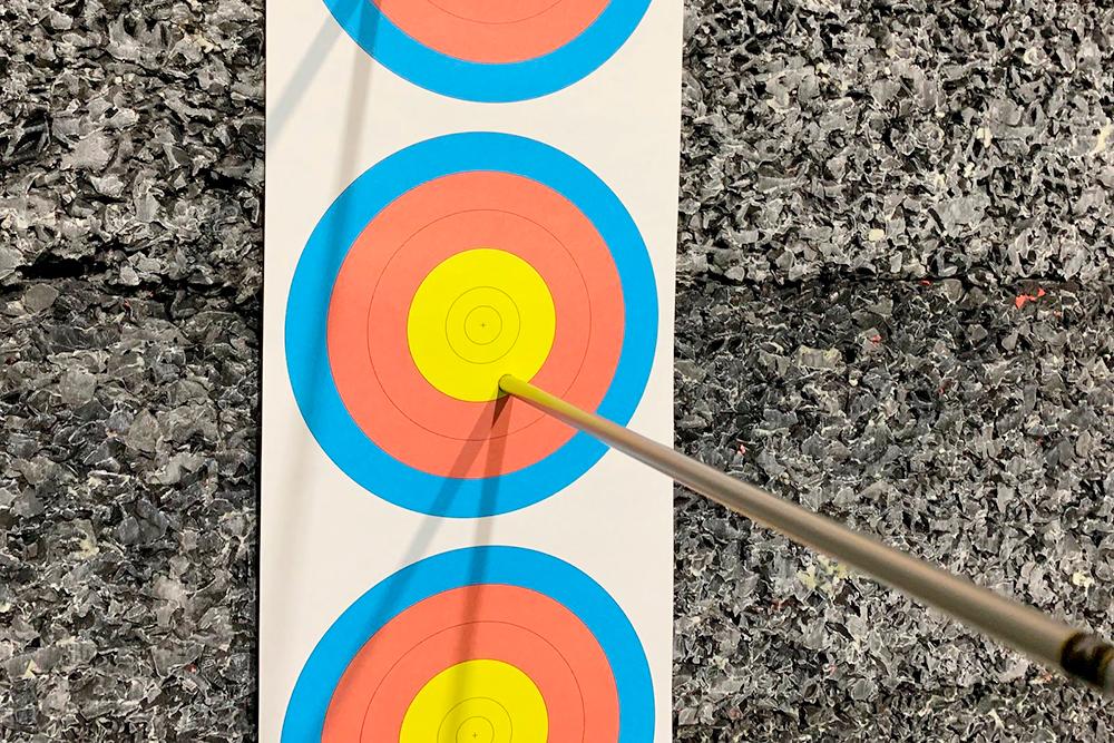 По тройным мишеням стреляют с 18метров из блочного и классического лука насоревнованиях в помещении. Диаметр десятки дляблочников — 2см, дляклассиков притойже дистанции и размере мишени десятка больше — 4см
