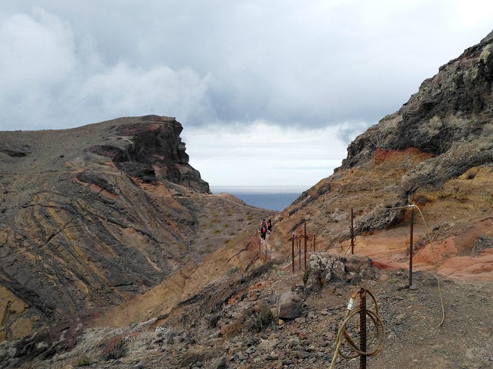 Благодаря ландшафту на острове разнообразие пейзажей. По таким скалистым горам мы добирались до мыса Сан-Лоренцо