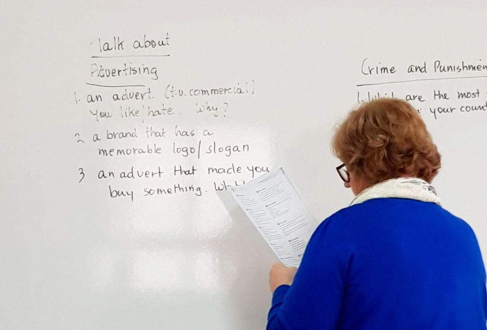 Один из уроков: преподаватель предлагает темы для обсуждения