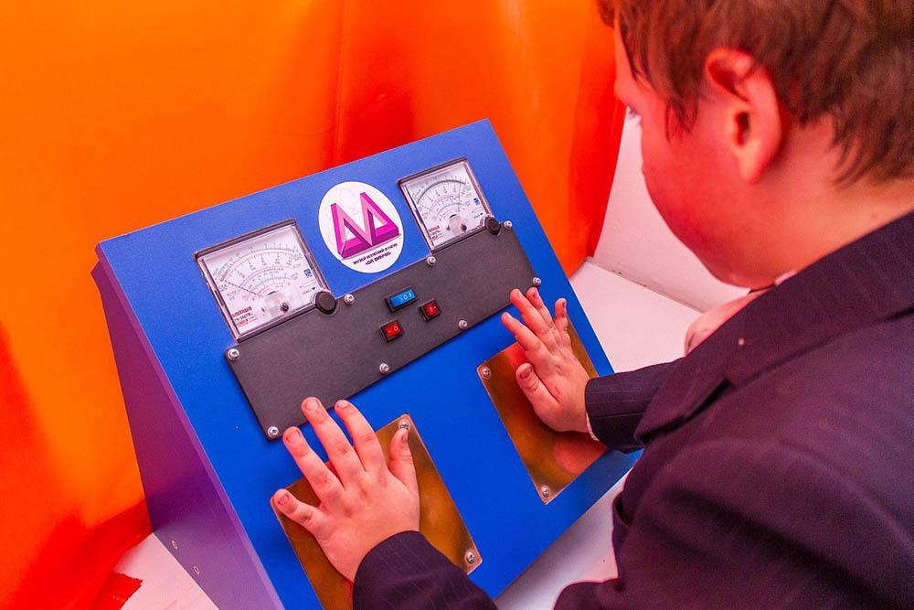 В прибор «Человек-батарейка» встроен микроамперметр и контактные пластины из меди и цинка для рук. Когда человек кладет ладони на пластины, цепь замыкается, и через нее проходит электрический ток. Стрелки микроамперметра движутся и показывают, сколько именно тока получается