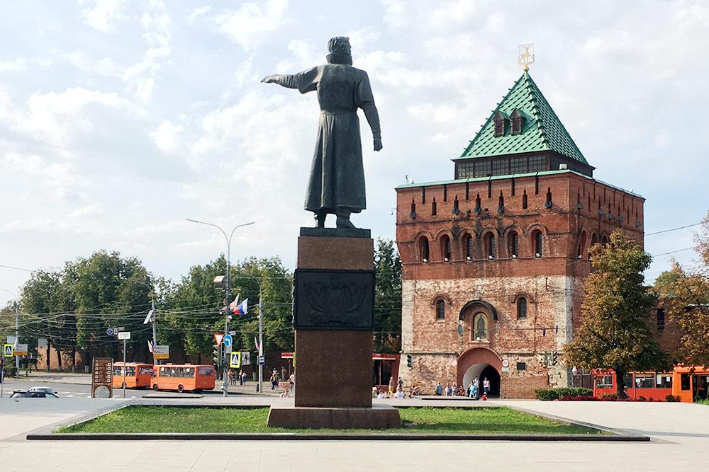 Дмитровская башня Нижегородского кремля — один из символов города. Памятник Козьме Минину, он показывает ополчению дорогу на Москву