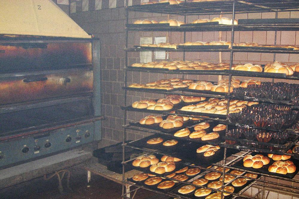 Основные покупатели булок — дети, пенсионеры и студенты, а беляши и сосиски в тесте берут те, кому нужна готовая и дешевая закуска к водке