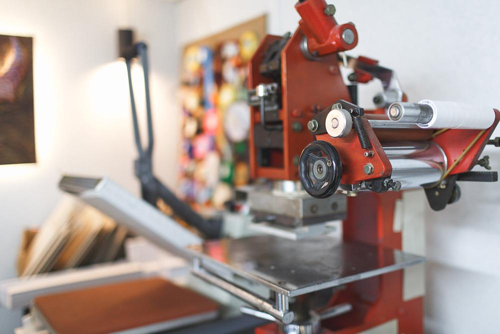 Прессы и гильотины дляобрезания листов. Оборудование длямастерской небольшое — можно поставить наобычный стол и питать отбытовой электросети. Самый тяжелый станок весил 80кг, а все вместе они помещаются влегковой автомобиль