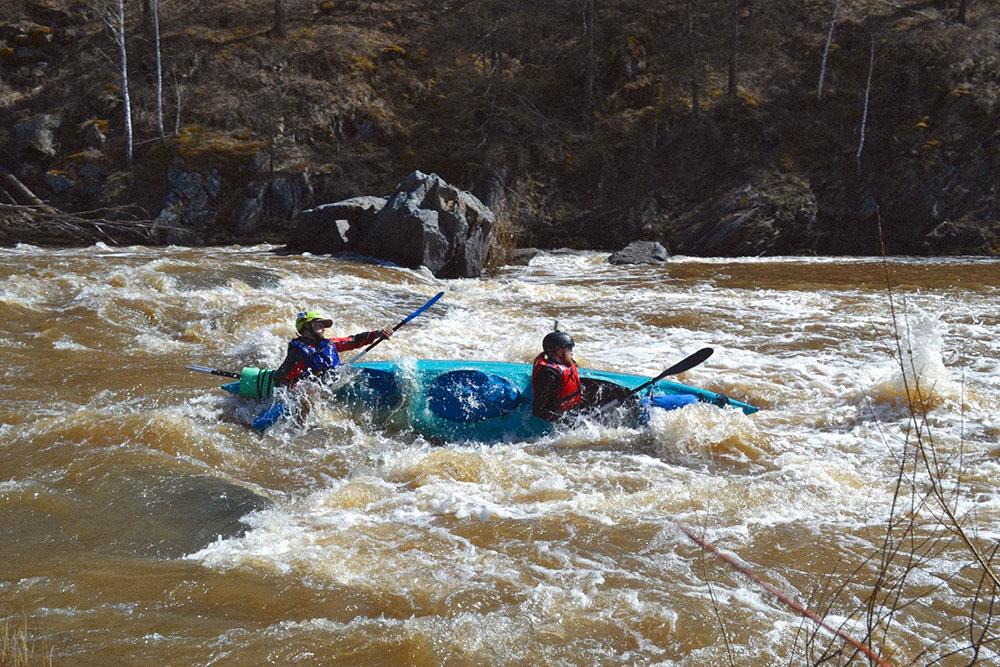 Часть рек на Урале интересна и проходима только весной. Например, по реке Сакмаре сплавляются только в мае и начале июня. На фото мы проходим порог Баракал в мае 2018 года