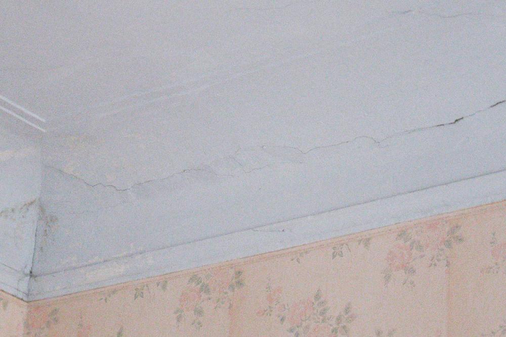 Потолок был с синеватым отливом, трещинами и следами протечек
