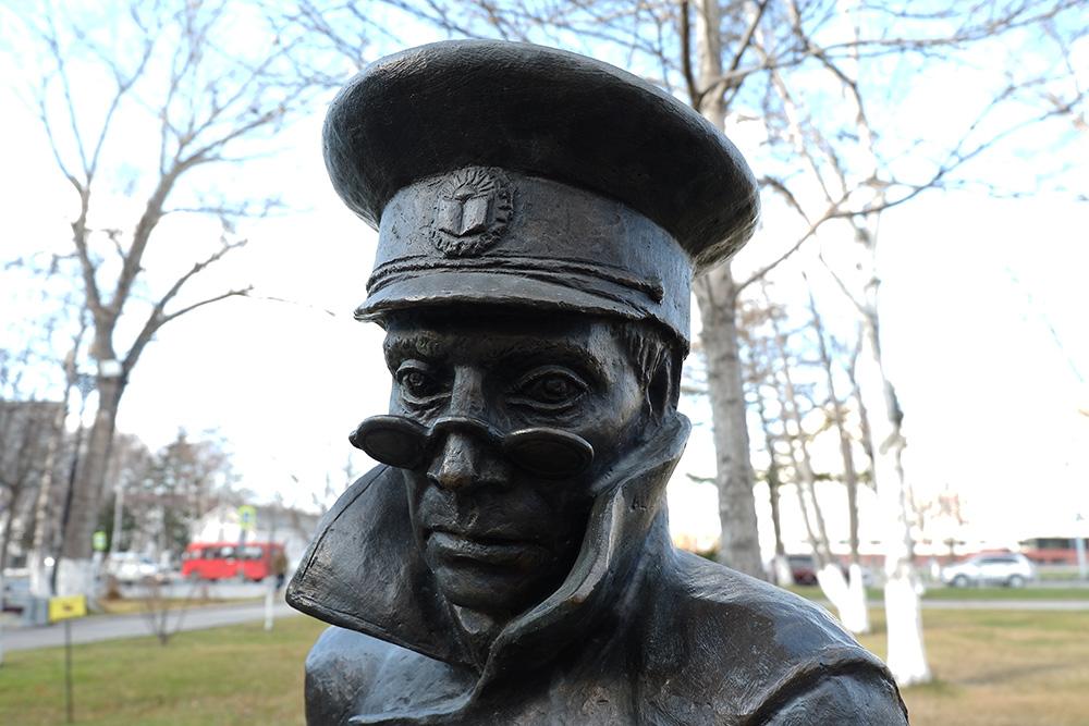 Памятник герою рассказа А. П. Чехова «Человек в футляре». В 1890 году писатель побывал наСахалине, а потом написал книгу об острове. Его именем тут называют всё подряд: учреждения культуры, улицы, населенные пункты. Недавно в его честь решили назвать и аэропорт Южно-Сахалинска