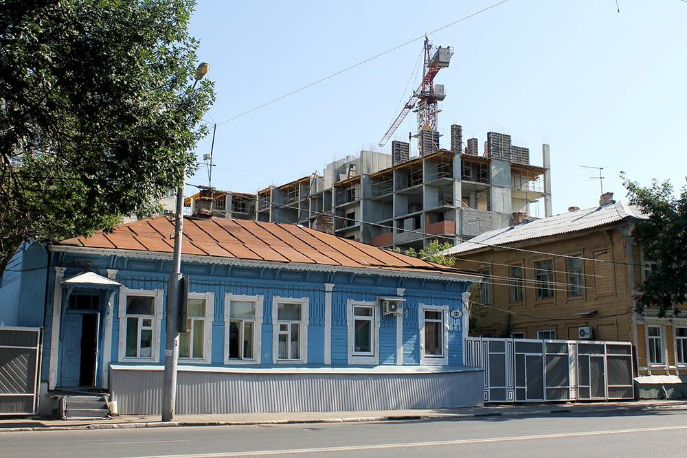 Застройщики не заботятся об архитектурном облике города, высотки среди деревянных домов — обычное дело