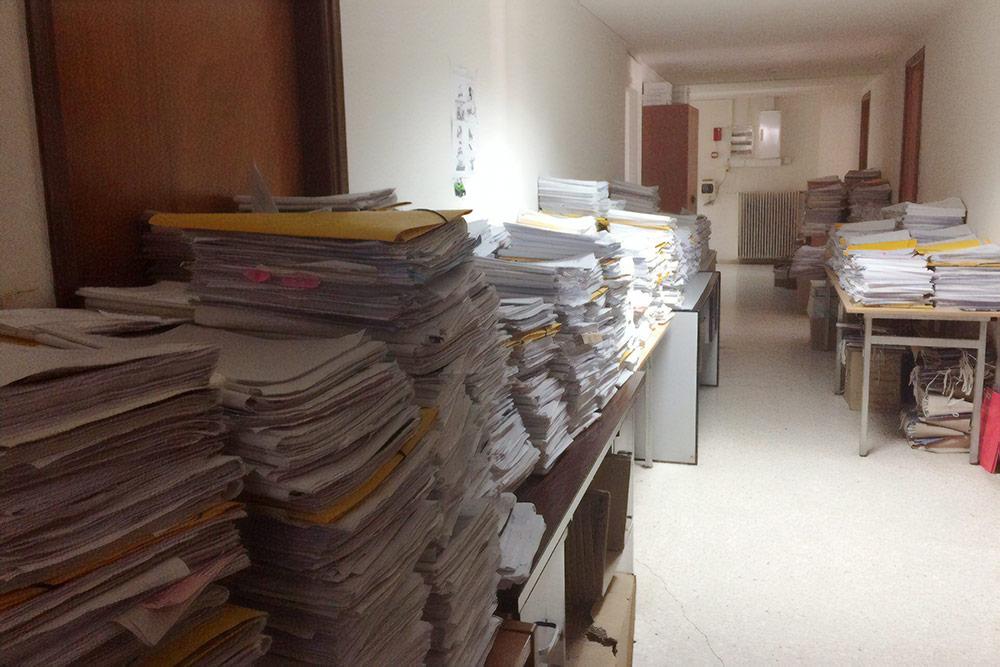 На фото министерство внутренних дел в Афинах, отдел иммиграции. Вдоль стен — папки с делами иммигрантов