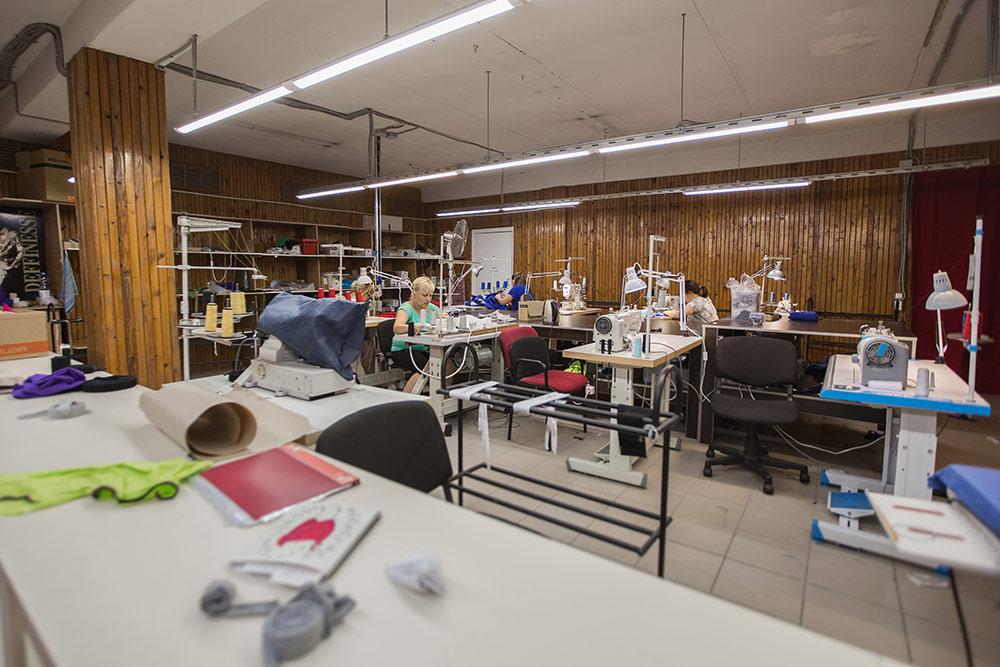 Швейный участок: здесь сшивают одежду из отдельных частей, которые подготовили в раскройном цехе