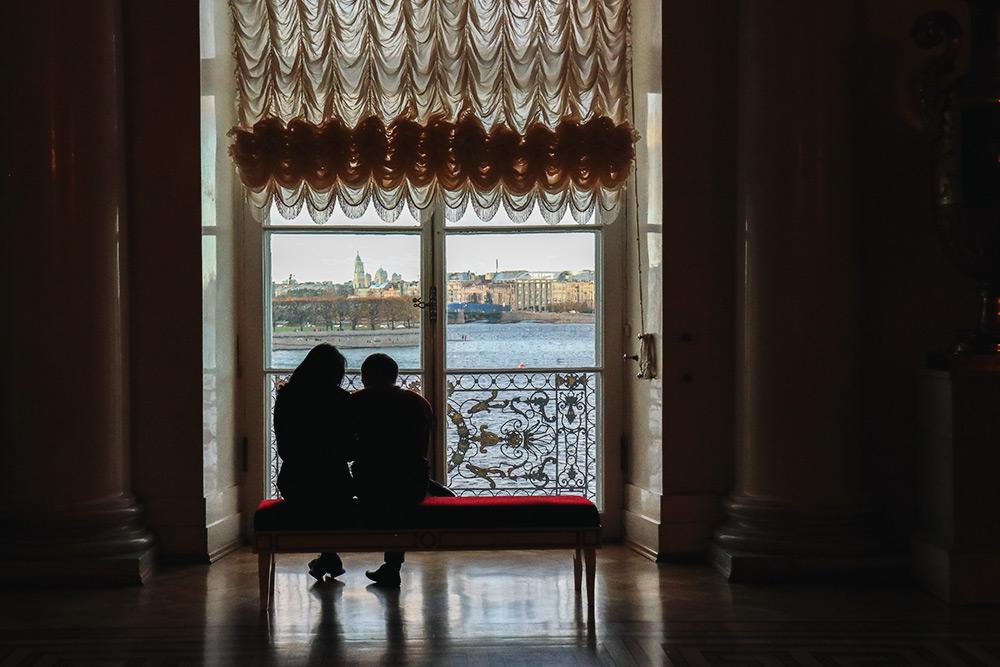 В Зимнем дворце много скамеек — можно полюбоваться Невой. Фото: АнастасияОсян