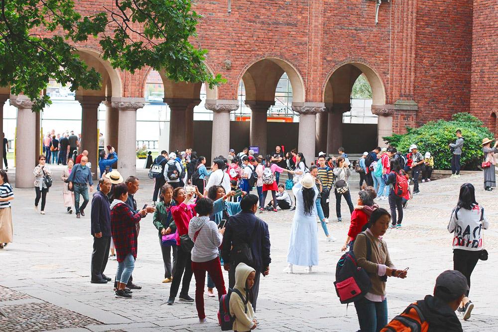 Внутренний двор ратуши. Сюда пускают бесплатно: полюбоваться скульптурами, арочной галереей и видами с террасы у воды