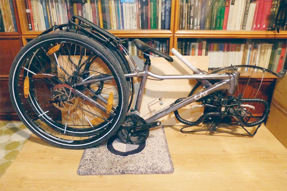Чтобы байк поместился в коробку, я снимаю педали, руль и переднее колесо