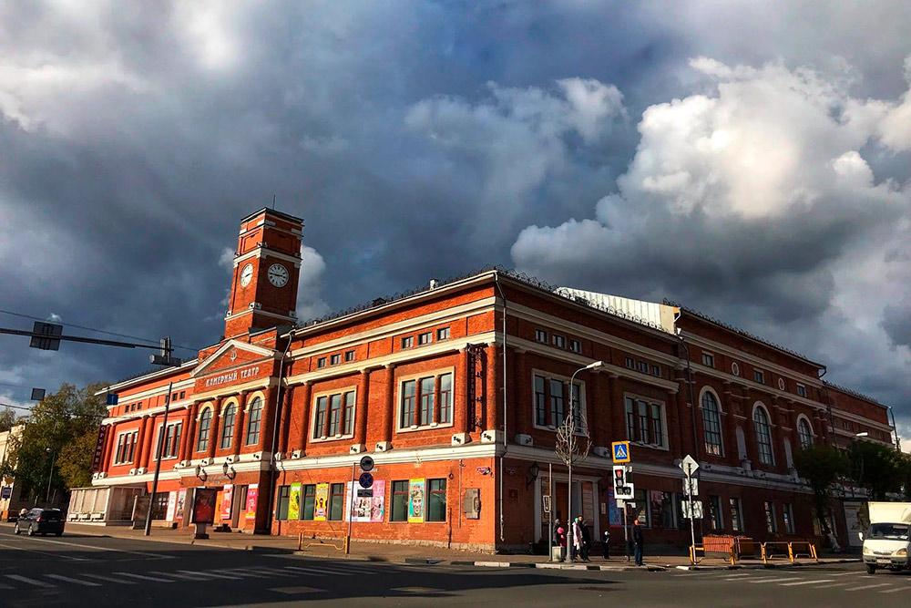 Камерный театр находится в историческом центре города. Строительство здания было начато в 1914году. На первом этаже располагались торговые ряды, на втором — театр. Но театральные постановки в Череповце начались гораздо раньше: с 1860-х годов
