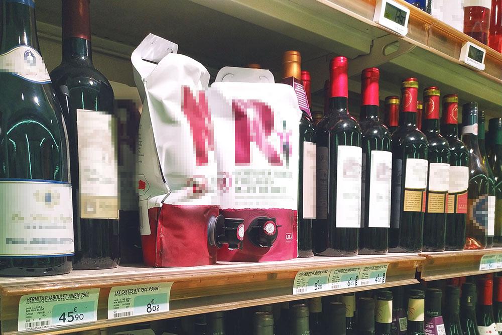 Вино в пакетах здесь тоже пользуется популярностью. Оказалось, что это вполне нормальное вино, которое просто удобнее брать на всякие пикники и посиделки с друзьями. Почти все крупные производители делают вино-пакеты, и пить такое вино не считается чем-то зазорным. Также его используют, чтобы сделать глинтвейн или сангрию