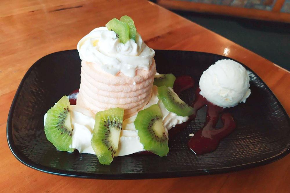 Десерт «Павлова» — торт-безе со свежими фруктами, популярный в Новой Зеландии и Австралии. Назван в честь русской балерины Анны Павловой, гастролировавшей по островам в 1926 году. Стоимость в кафе — около 400<span class=ruble>Р</span>