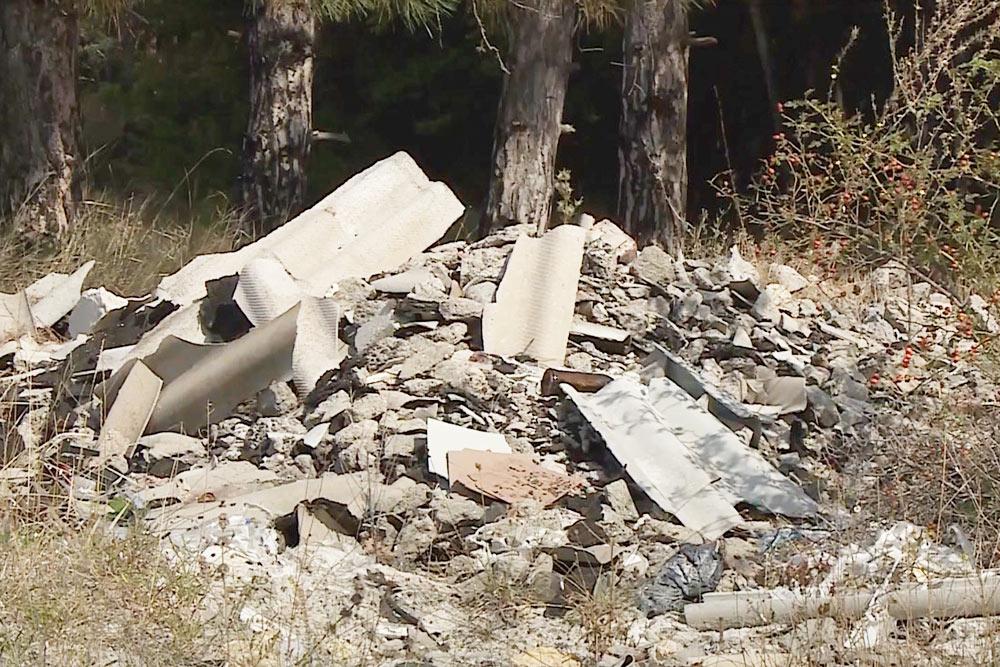 В микрорайонах Дергачи и Максимова дача можно встретить вот такие стихийные свалки строительного мусора