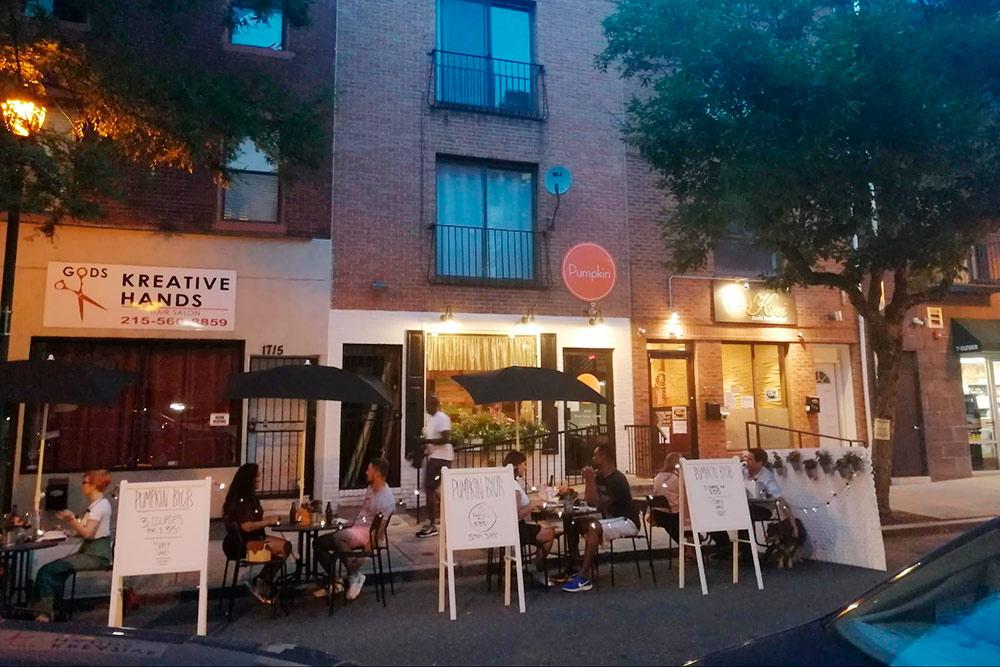 Когда число заражений во время карантина уменьшилось, в Филадельфии разрешили посещать рестораны, бары и кафе только на улице
