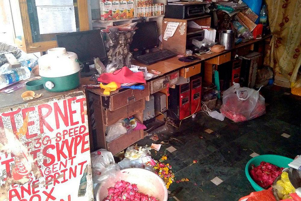 В этом интернет-кафе в Удайпуре я провела несколько часов, редактируя статью. За занавеской жила семья из трех человек. Они одолжили мне стул
