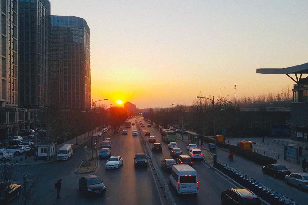 Иностранцы думают, что в Пекине должны быть жуткие пробки. Но они возникают реже, чем в Москве, потому что движение многополосное и построено очень много удобных развязок