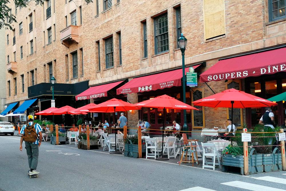 Вот так работают рестораны города, когда я пишу эту статью: столы часто располагаются на краю проезжей части, посетители обязаны быть в маске до того, как сядут за столик