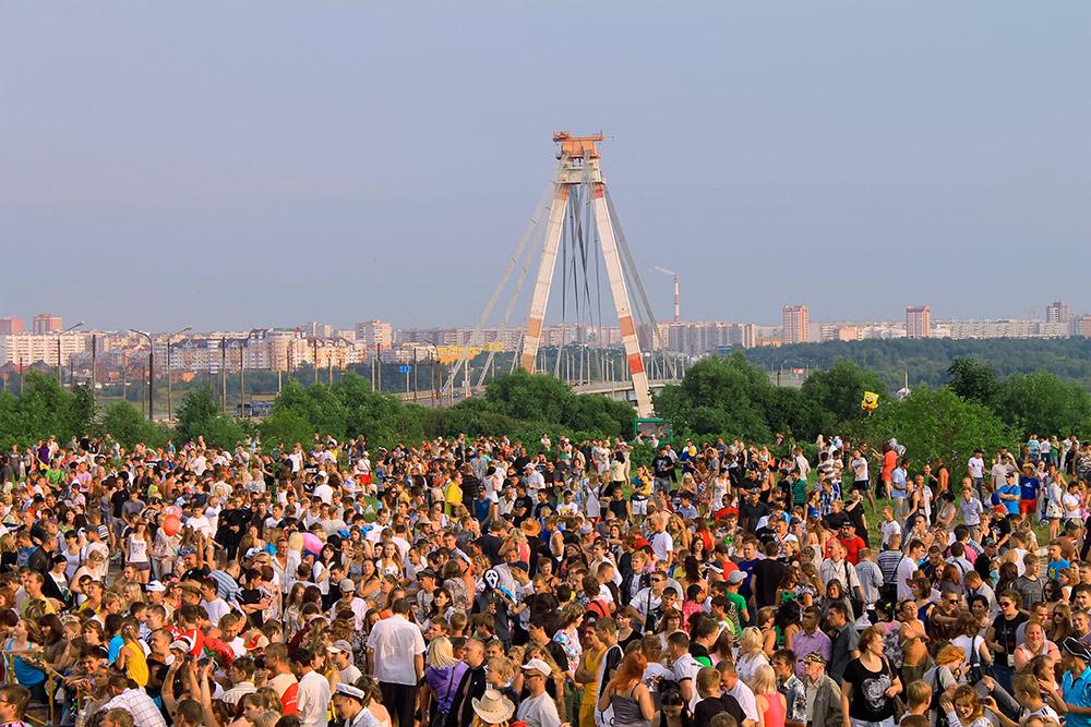День металлурга, пожалуй, самое массовое городское мероприятие. Обычно празднование продолжается целую неделю. Завершается все концертом подоткрытым небом. Фото: AlexZi / Shutterstock