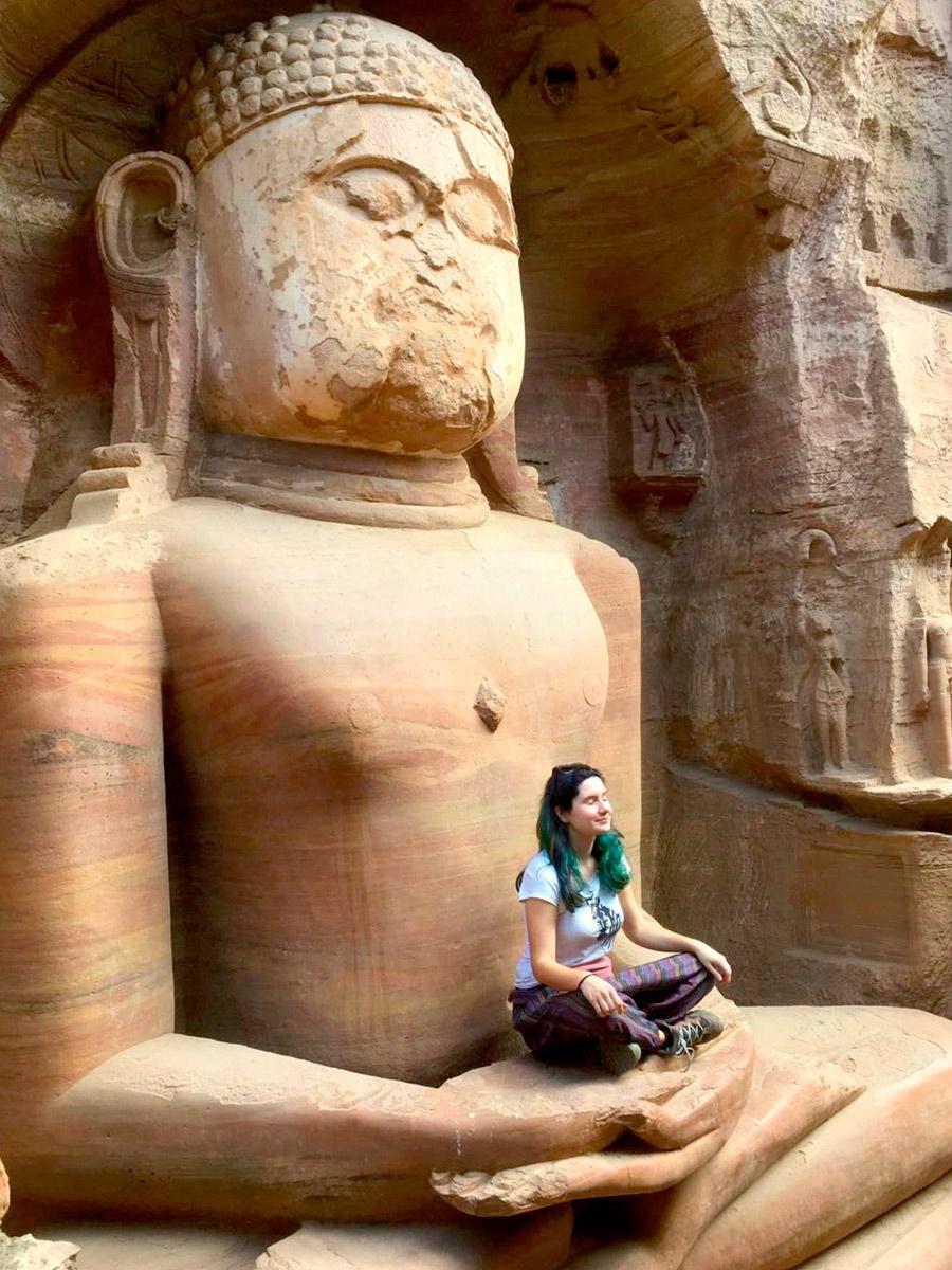 18-метровые каменные статуи на въезде в форт изображают учителей джайнизма