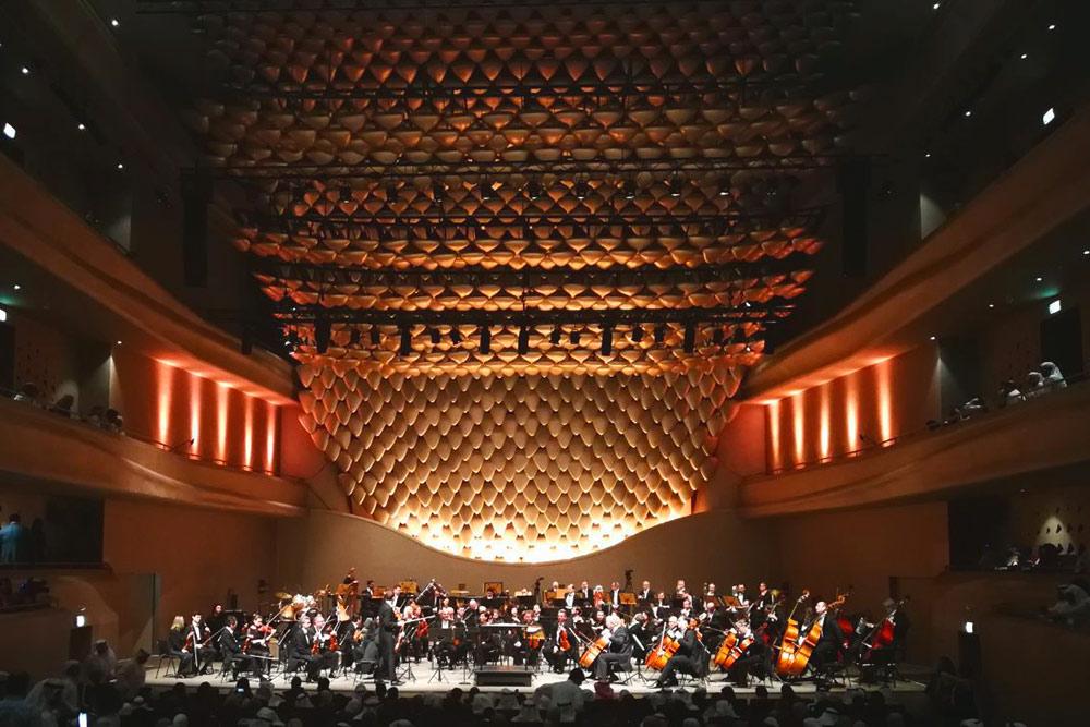 Выступление симфонического оркестра в оперном театре