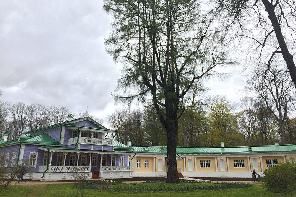 Усадебный дом матери Тургенева в Спасском-Лутовинове. За два столетия дом горел несколько раз. В 1970 году его восстановили по сохранившимся фотографиям. В музее много подлинных вещей: ампирная мебель, старинные английские часы, любимый диван писателя «самосон», коллекция живописи и библиотека