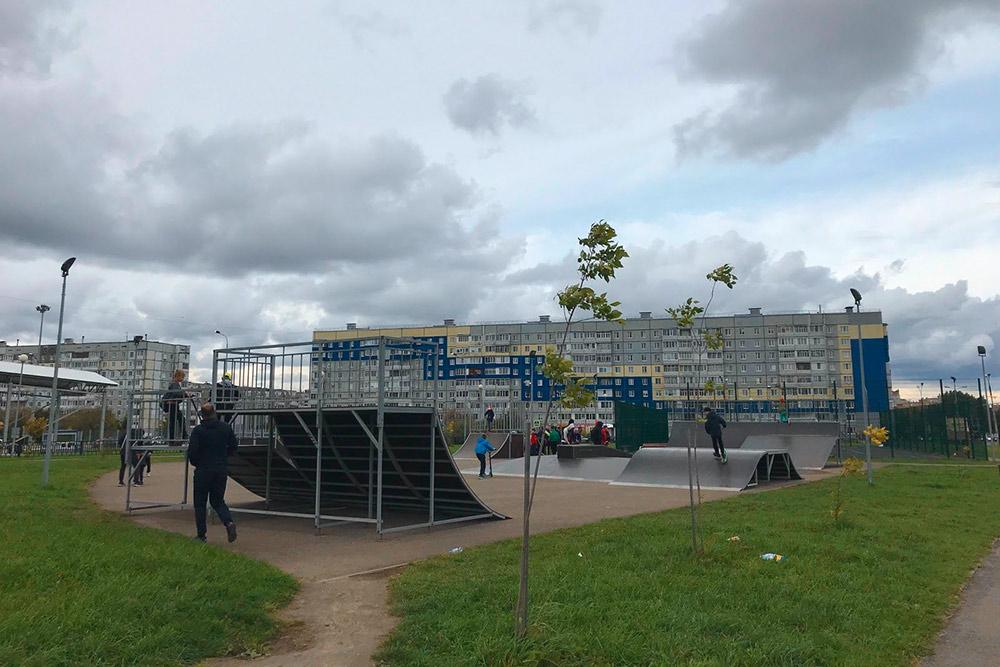 Для молодежи оборудованы спортивные площадки в разных районах города, есть даже скейт-парк