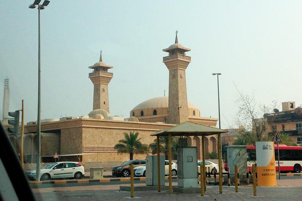 Мечетей в Кувейте очень много. Молитвы по мусульманским традициям проходят пять раз в день, их транслируют через колонки по всем районам