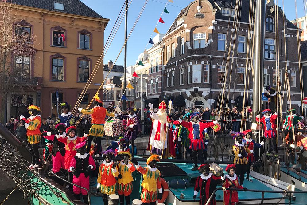 17 ноября мы встречали приезд Синтерклааса. Это большой праздник для всего города, особенно для детей. В Голландии дети с нетерпением ждут подарки от Синтерклааса, их принято дарить 5—6 декабря