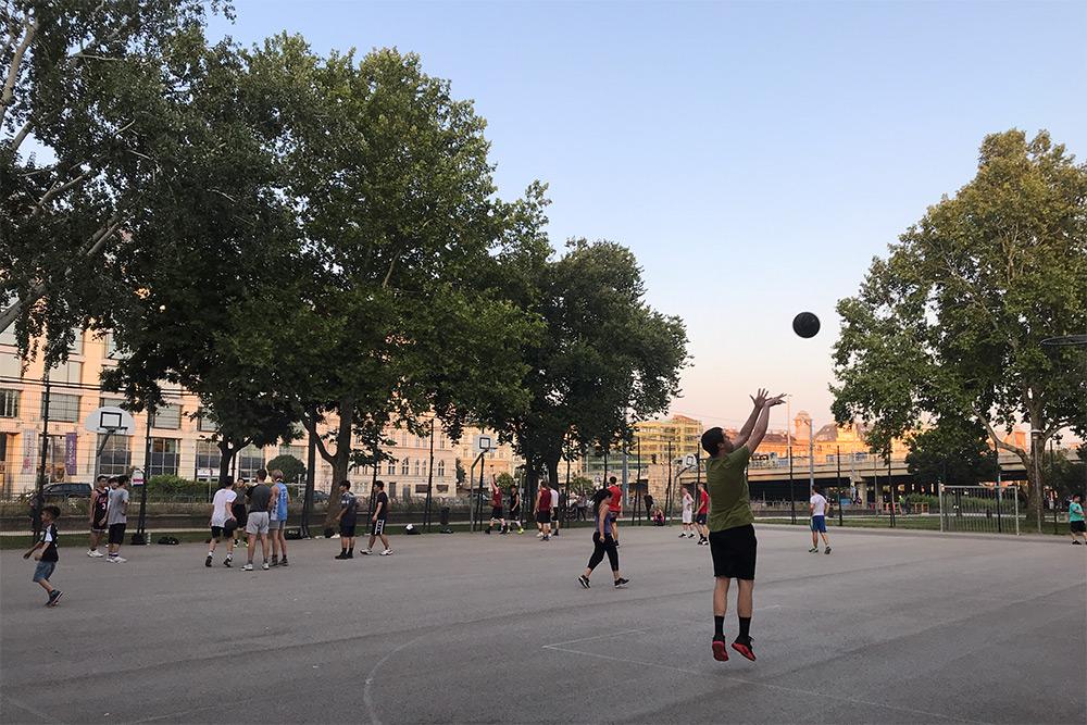 В городских скверах много баскетбольных площадок, зон с разными турниками и других спортивных мест, которые никогда не пустуют