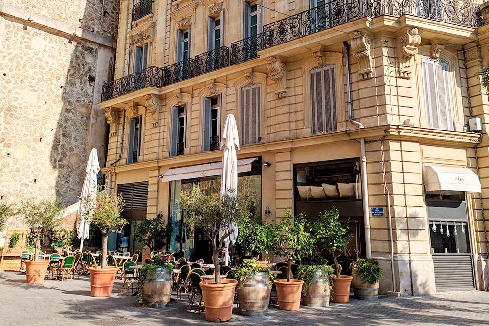 Больше всего французы любят обедать или просто пить кофе на открытой террасе кафе. Теплый климат Марселя способствует этому практически круглый год