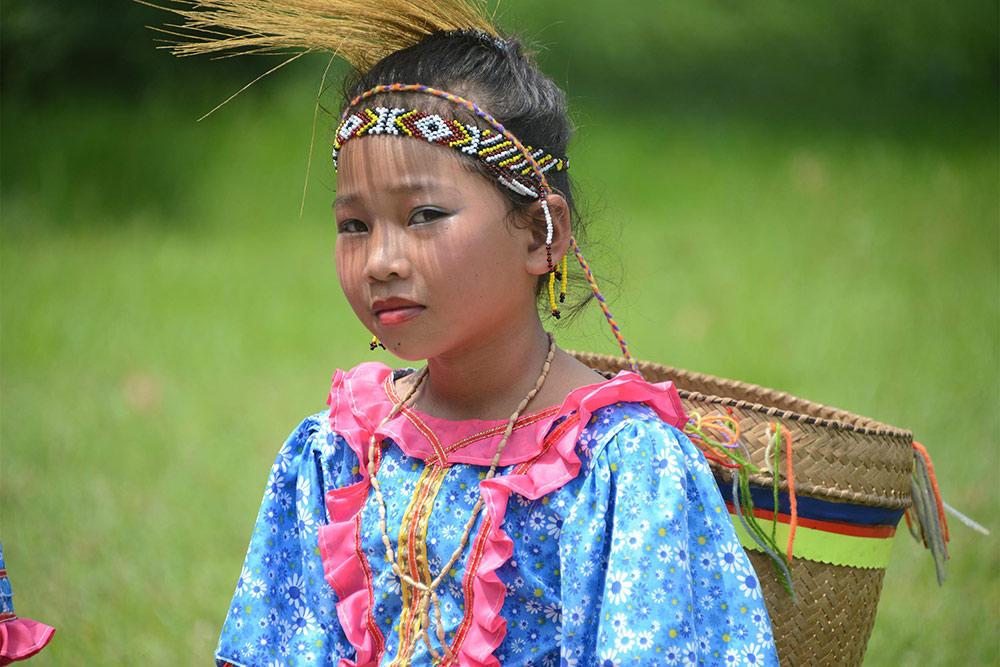 Филиппинская девочка в национальном костюме на празднике урожая Kadayawan