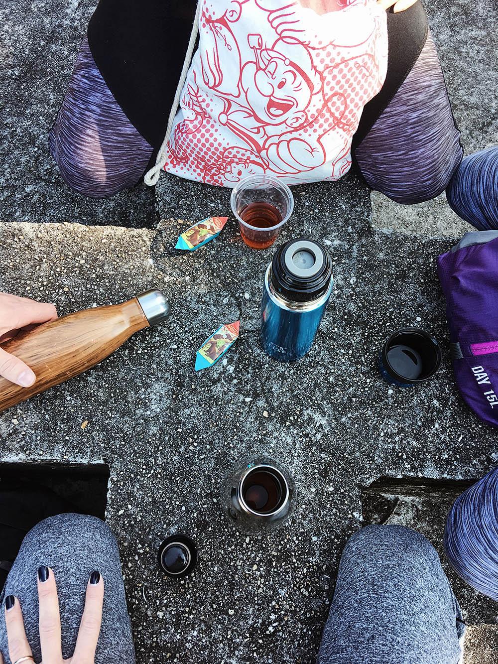 Все жители Гонконга носят с собой термос или хотя бы бутылку с горячей водой — ее тут считают лекарством от всех болезней
