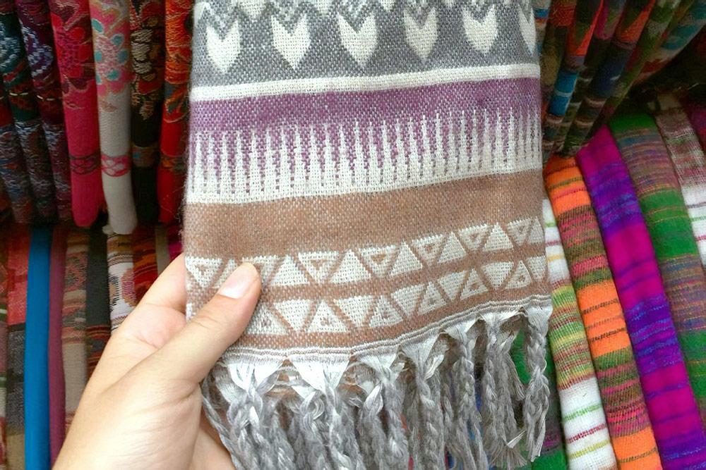 В северных регионах Индии торгуют дешевыми шерстяными пледами