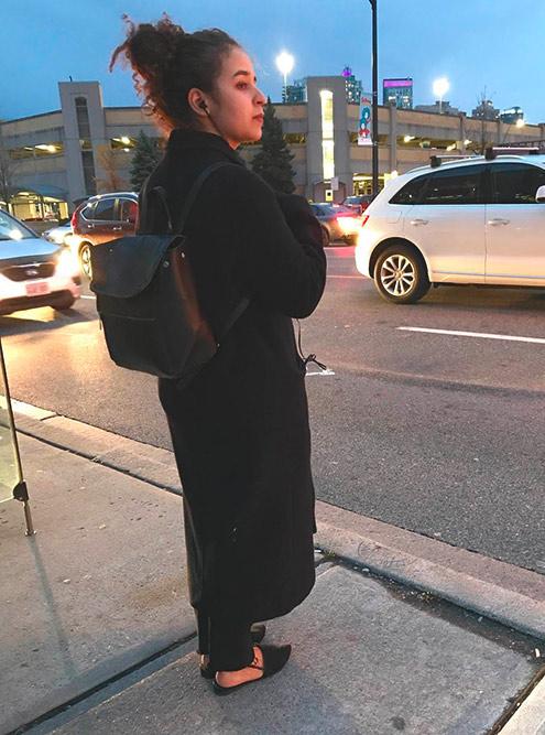 Пальто с босоножками на улицах Канады
