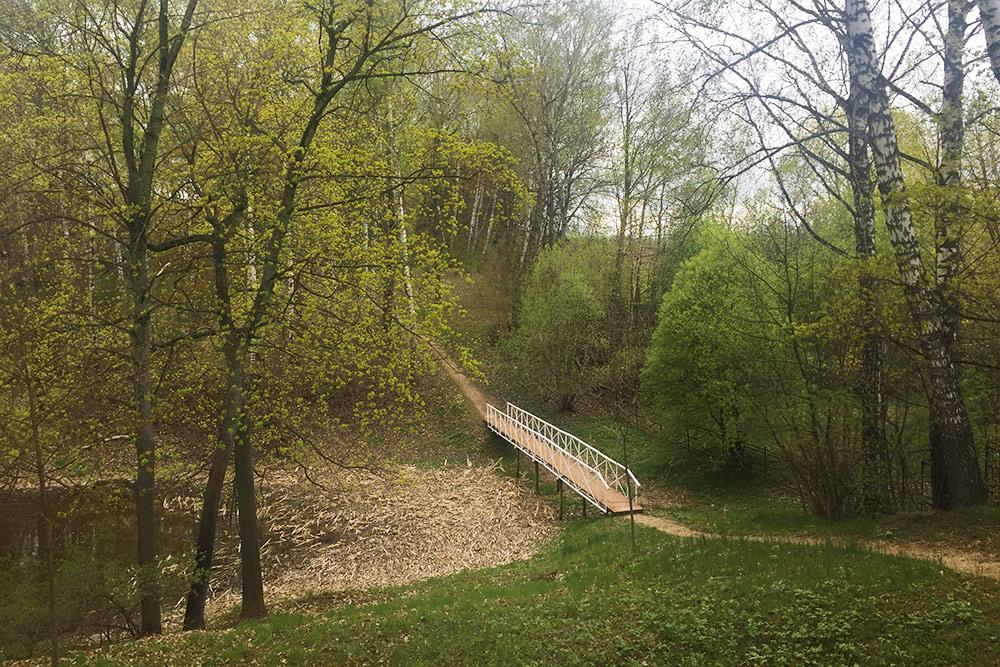 В будние дни в парке всегда тихо и немноголюдно