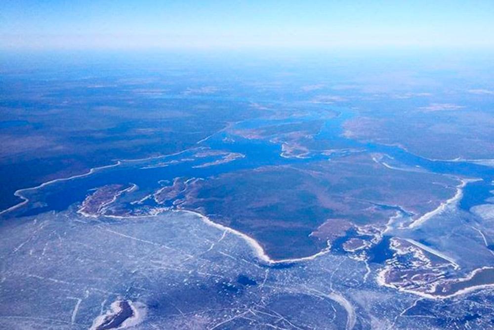 Вид на Рыбинское водохранилище с борта самолета. Фото сделано 23 апреля, еще не весь лед растаял
