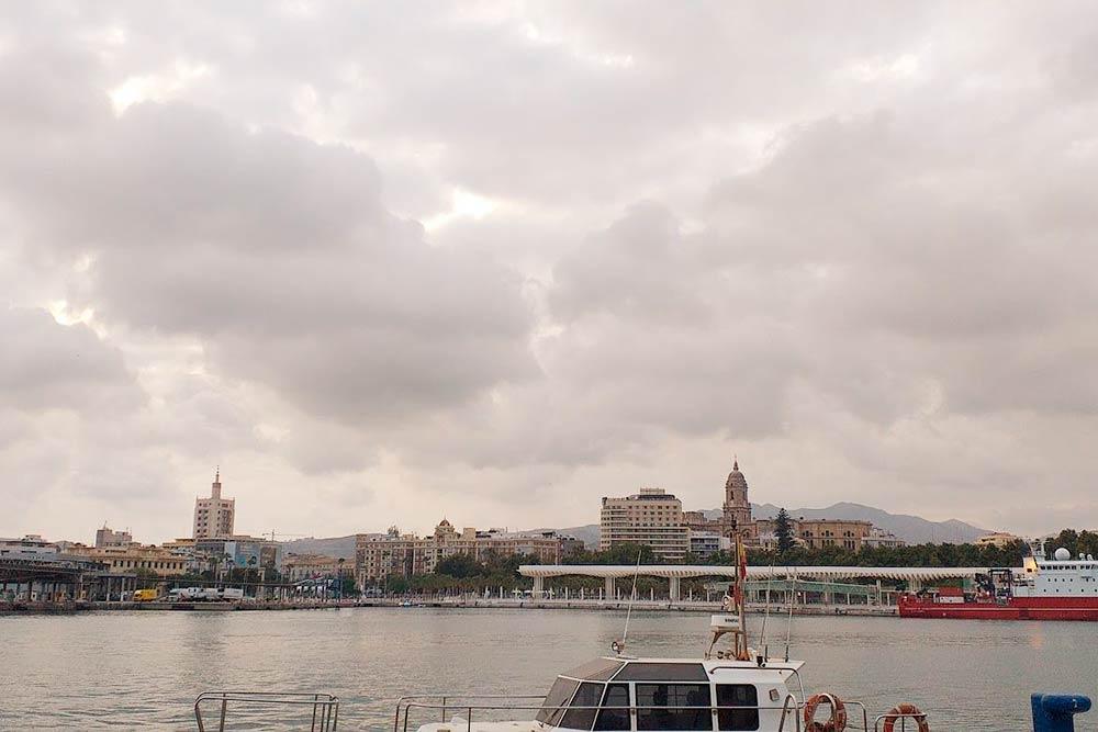 Вид на центр Малаги с набережной порта