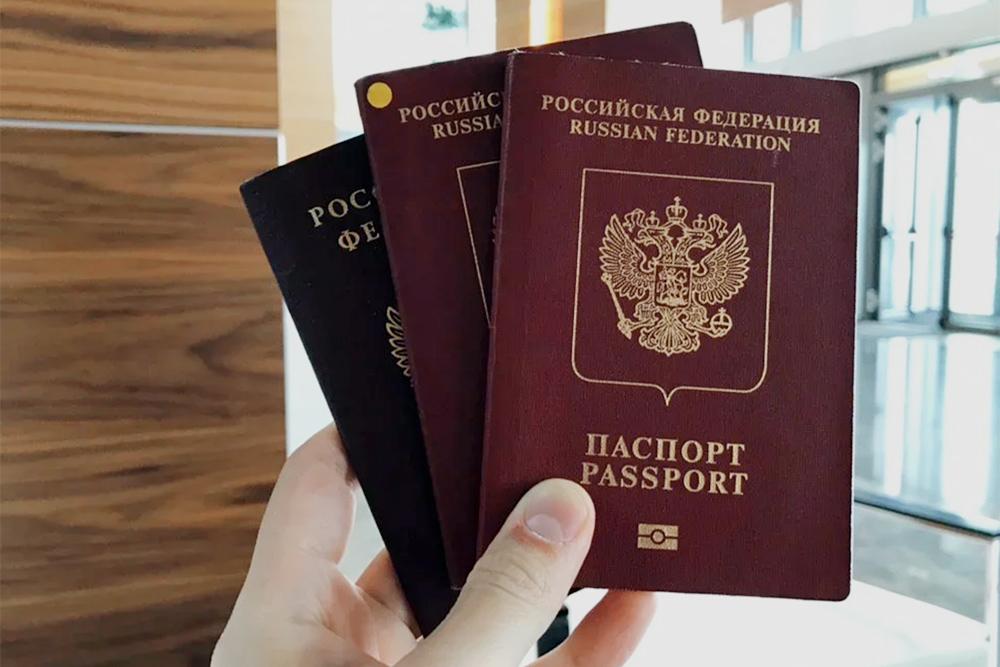 Чтобы не путаться в паспортах, я сделал наклейку. Третий паспорт на фото — паспорт гражданина РФ